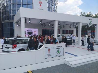 Eis im Sommer - Skoda Zur Eishockey-WM in Minsk zeigt Skoda seine Fahrzeuge auf einem Eishockeyfeld. Mitte im Sommer - gedruckt auf strapazierfähigen Fotoboden. Auch bei Nässe und im Außenbereich rutschsicher dank R10-Zertifizierung.
