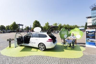 Peugeot - Fahrzeugpräenstation Green? Schon von weitem zu erkennen, dass es sich um eine besonderes Fahrzeug handelt. Fotoboden ist ideal für den Transport von Werbebotschaften - direkt oder indirekt. Der 2mm Vinylboden wird nach Kundenwunsch bedruckt.
