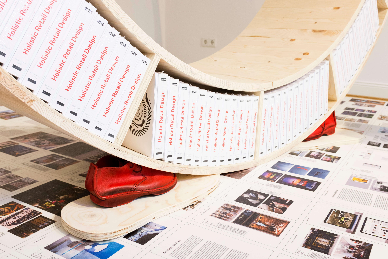 Buchpräsentation mal anders : mit FOTOBODEN Das Buch Holistic Retail Design von Rainer Zimmermann und Philipp Teufel ist ein umfassender Leitfaden für die Retail Gestaltung. Demzufolge wurde das Standardwerk, zur Premiere im Hololab in Düsseldorf, entsprechend in Szene gesetzt.  Die Besucher bekamen die Möglichkeit die druckfrischen Seiten der Neuvorstellung sowohl zu durchblättern, als auch zu durchschreiten und sich somit intensiv mit dem neuen Werk zu befassen.  Mit diesem Projekt wird optimal gezeigt, wie Kreativität mit FOTOBODEN™ als klassischer Bodenbelag umgesetzt werden kann, um ein Gestaltungskonzept abzurunden.