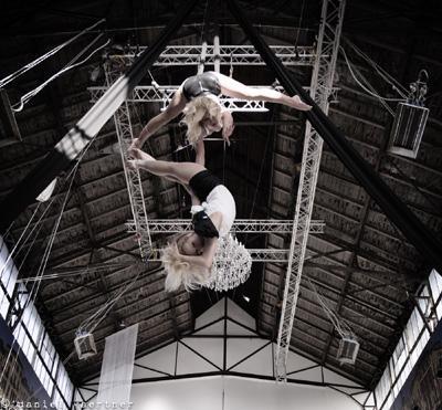 Skyfalls, Duett am Tuch In zwei Schlaufen gelegt hängt ein weißes Tuch vom Himmel herunter. Ob schaukelnd, sich drehend oder eingewickelt, die Artistinnen kreieren mit ihrem Tuch unterschiedlichste, einzigartige Bilder, die sie mit tänzerisch eleganter Artistik und dynamischer Akrobatik verbinden. Ihre mit Leidenschaft gefüllte Bewegungssprache ist homogen aufeinander abgestimmt und harmonisch in die Musik eingeflochten. Eine spektakuläre Show in luftiger Höhe wird zu einem einzigartigen visuellen und emotionalen Erlebnis.  Dauer des Showacts ca. 10 Min.  Leistungskatalog . ausgebildete Akrobaten und technisches Team (2-3 Personen) . Generalproben vor Ort  . Choreografie und Musikschnitt . Auf- und Abbau des Showacts . Transport (bis 500 km) . Sicherheitstechnik und Equipment . Veranstalterhaftpflichtversicherung  Zusätzliche Aufwendungen vor Ort: . Sound und Lichteffekte (falls notwendig) . Übernachtung falls notwendig . Verpflegung des Teams    Preis2.600,- pro Aktionstag   Technische Details: Einsatzmöglichkeitenindoor & outdoor (weltweit) Mindesthöhe ab 6,00m  Technische Anforderungen Gebäudekeine   AufbauzeitCa. 2h AbbauzeitCa. 1h Fahrzeug9-Sitzer Team4 - 5 Personen  Zusatzinfos:  Ihre Vorteile:skyfalls… . Erzielt höchste Aufmerksamkeit bei Ihren Gästen und Medienvertretern . Ermöglicht die spektakuläre Inszenierung Ihrer Marke und Botschaft . Ist extrem spektakulär und wird daher lange erinnert – Ihre Marke bleibt in Verbindung mit diesem Event nachhaltig verankert . Generiert kostenlose und einzigartige Berichterstattung   skyfalls eignet sich für… . wahrnehmungsstarke Markeninszenierungen . ausgefallene Produkt-Präsentationen . außergewöhnliche Messeauftritte . nachhaltige Kommunikation von Werbebotschaften  . Richtfeste und Einweihungen von Gebäuden . Eventhöhepunkt für Gala-Abende, Firmenjubiläen, Stadtfeste  und Betriebsfeiern