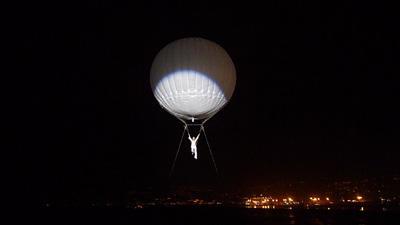 Ballooning, Luft- Akrobatik am Heliumballon Beschreibung: Ein Helium-Ballon mit einem Durchmesser von 7 Metern steigt in die Höhe – gehalten lediglich von zwei Führungsseilen. Unter dem Ballon schwebend erobert die Microlifter-Künstlerin mit einzigartiger Leichtigkeit die Höhen und verströmt die Magie des Fliegens. Sie zeigt dabei choreografisch perfekt in Szene gesetzte Akrobatik auf höchstem Niveau. Begleitet von einer beeindruckenden Licht- und Musik-Show können auf Wunsch die Bewegungsabläufe von einer Tänzerin am Boden aufgenommen und eindrucksvoll umgesetzt werden. Das Publikum kommt in den Genuss einer ästhetisch kunstvollen Inszenierung der besonderen Art! Im Hintergrund steuert die Bodencrew die Bewegungen des Ballons. Durch die Microlifter-Inszenierung werden die Illusionen von Fliegen und Schwerelosigkeit auf's Neue entfacht! Interessant für die Inszenierung von Marken und Botschaften: Der weiße Microlifter-Ballon kann ideal als Projektionsfläche oder auch Werbeträger genutzt werden.  Dauer des Showacts ca. 5 Min.  Leistungskatalog . ausgebildete Akrobaten und technisches Team (2-3 Personen) . Generalproben vor Ort  . Choreografie und Musikschnitt . Auf- und Abbau des Showacts . Transport (bis 500 km) . Sicherheitstechnik . Veranstalterhaftpflichtversicherung  Zusätzliche Aufwendungen vor Ort: .Übernachtung falls notwendig .Verpflegung des Teams  .Nachtwache für den Ballon falls notwendig    Preis2.700,- pro Aktionstag (exkl. Helium)  Technische Details: Einsatzmöglichkeitenindoor & outdoor Gewicht85 kg Aktionsflächeca. 10m x 10m Höhebis zu 30m Aufbauzeit3h Abbauzeit2h FahrzeugSprinter Team3 Personen Strom3 x 220 V / 16 A  Zusatzinfos:  Ihre Vorteile: Ballooning... . Erzielt höchste Aufmerksamkeit bei Ihren Gästen und Medienvertretern . Ermöglicht die spektakuläre Inszenierung Ihrer Marke und Botschaft . Ist extrem spektakulär und wird daher lange erinnert – Ihre Marke bleibt in Verbindung mit diesem Event nachhaltig verankert . Generiert kostenlose und e