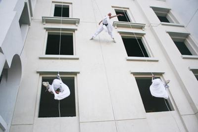 Vertical Show (3 vertical models), für faszinierende Momente  Beschreibung: Scheinbar schwerelos agieren die Artisten in der Luft, verwandeln die Hauswand oder Fassade zur vertikalen Bühne. Dabei erleben die Zuschauer eine atemberaubende, auf den Veranstaltungsort und den Anlass abgestimmte Luftakrobatik-Choreographie, die durch ihre raumgreifende Dynamik und ihre Synchronität besticht. Das Vertikaltanz-Repertoire der fliegenden Akrobaten umfasst sowohl perfekt in Szene gesetzte, kraftvolle Sprungeinlagen und faszinierende Partnerakrobatik, als auch anmutige Elemente aus dem klassischen Ballett – Luftakrobatik der Extraklasse! Ihr Unternehmen und Ihre Marke stehen im Zentrum der Show, Ihre Botschaft wird beim Zuschauer mit dem faszinierenden Erlebnis verknüpft und bleibt lange in Erinnerung.  Dauer des Showacts ca. 5 Min.  Leistungskatalog: . ausgebildete Akrobaten und technisches Team (1-2 Personen) . Generalproben vor Ort  . Choreografie und Musikschnitt . Auf- und Abbau des Showacts . Transport (bis 500 km) . Sicherheitstechnik und Equipment . Veranstalterhaftpflichtversicherung  Zusätzliche Aufwendungen vor Ort: . Sound und Lichteffekte (falls notwendig) . Übernachtung falls notwendig . Verpflegung des Teams   Preis5.900,- pro Aktionstag  Technische Details: Einsatzmöglichkeitenindoor & outdoor (weltweit) Mindesthöhe ab 7,00m bis 100m  Technische Anforderungen GebäudeFlachdach (z.Bsp. Industriehalle)  AufbauzeitCa. 2h AbbauzeitCa. 1h Fahrzeug9-Sitzer Team4 - 5 Personen  Zusatzinfos:  Ihre Vorteile:vertical show… . Erzielt höchste Aufmerksamkeit bei Ihren Gästen und Medienvertretern . Ermöglicht die spektakuläre Inszenierung Ihrer Marke und Botschaft . Ist extrem spektakulär und wird daher lange erinnert – Ihre Marke bleibt in Verbindung mit diesem Event nachhaltig verankert . Generiert kostenlose und einzigartige Berichterstattung   vertical show eignet sich für… . wahrnehmungsstarke Markeninszenierungen . ausgefallene Produkt-Präsentationen . außergewöhnliche M
