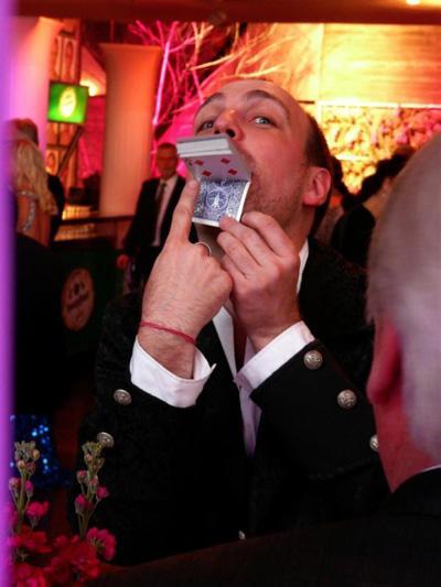 (Unbe)Greifbar Wenn sich Ihr eigener 20-Euro-Geldschein plötzlich in eine 50-Euro-Note verwandelt, wenn Ihre frei gewählte Karte in einem brennenden Portemonnaie erscheint, wenn Münzen direkt vor Ihren Augen die Plätze tauschen, dann ist das Close-up-Magie in Vollendung.