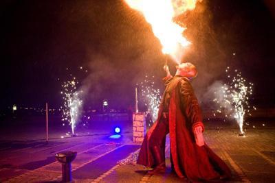 Musikalischer Showact Feuer schwebt in der Luft und folgt seinem Atem, Rauch verwandelt sich in feinen Wüstensand, Wasser wird zu fließendem Metall - Alexander Mabros spielt mit den Elementen, als wäre er nicht von dieser Welt.
