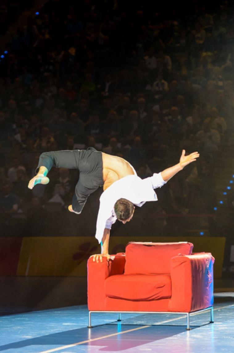 Photo: Jens Körner Lässig mit Stil auf einem Sessel - die Performance von Andalousi Elakel.