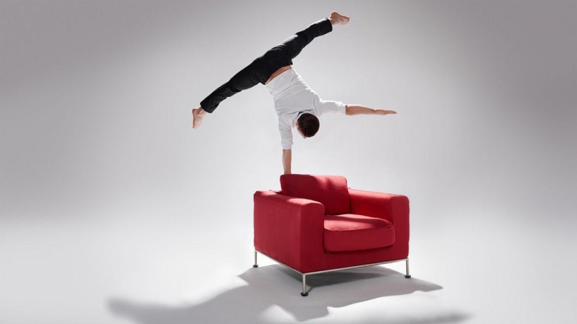 Photo: Stephan Röcken  Andalousi Elakel mit einarmigem Handstand auf Couch.