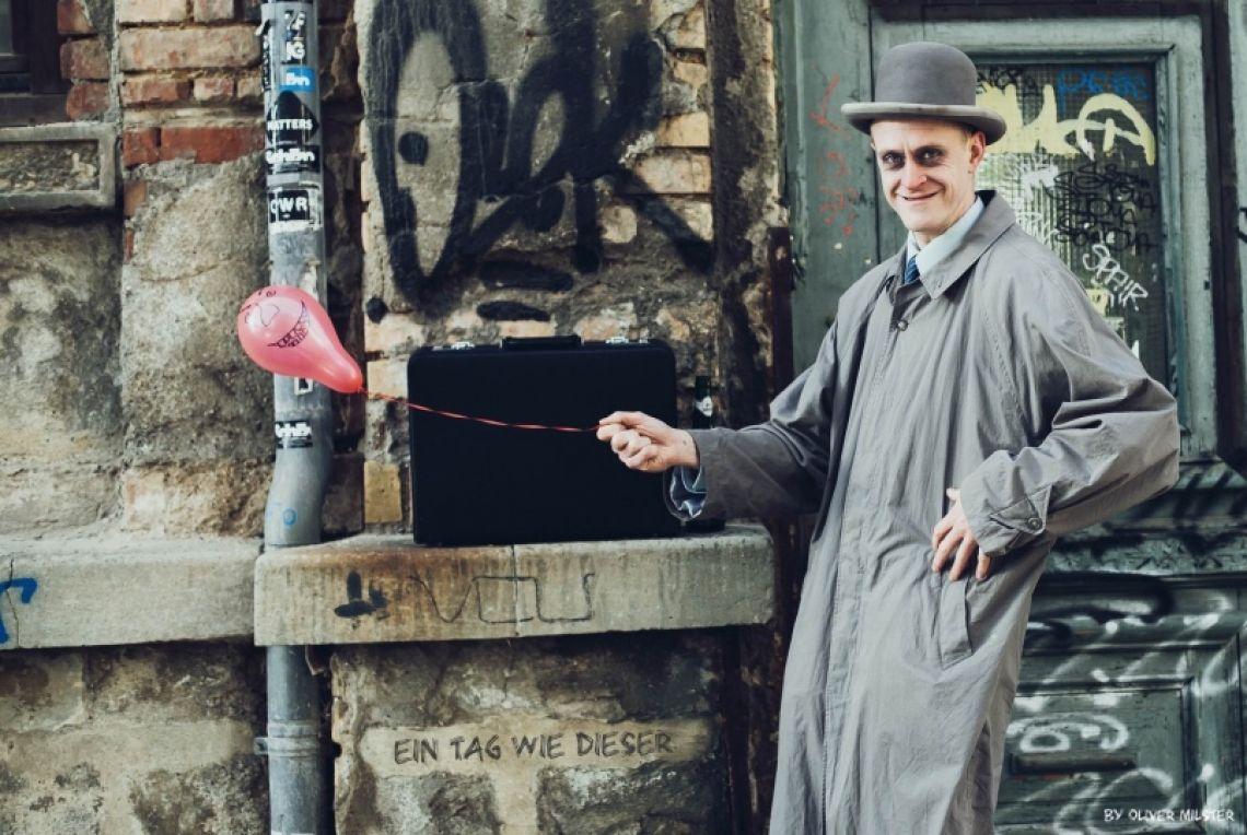 Herr Schroedinger verabscheut Luftballons Kette rauchend, Schnaps verschlingend und wortlos, führt Herr Schroedinger Sie mit seinem einzigartigen Charakter zwerchfellzuckend an den Rand unserer Gesellschaft.