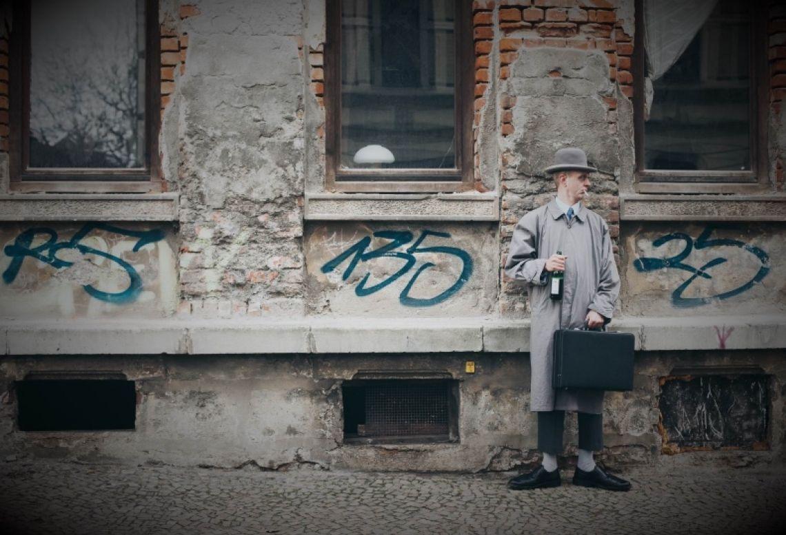 Herr Schroedinger, ein Sinnbild des gescheiterten Menschen an sich Kette rauchend, Schnaps verschlingend und wortlos, führt Herr Schroedinger Sie mit seinem einzigartigen Charakter zwerchfellzuckend an den Rand unserer Gesellschaft.