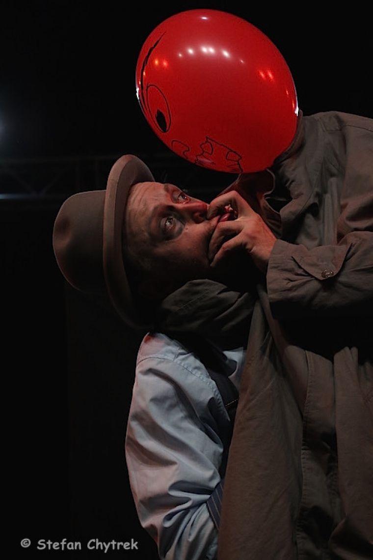 Wenn die Luftballonmafia zuschlägt Fest im Griff: Herr Schroedinger wurde zuhause überwätigt...