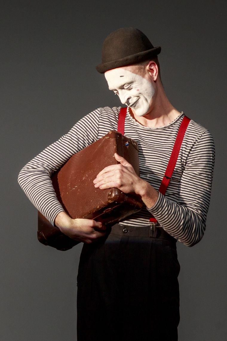 Thete der einsame Clown Leichte, nie drückende, sondern bezirzende Melancholie schleicht mit ihm durch den Raum. Thete berührt die Herzen des Publikums auf immer neuen Wegen.