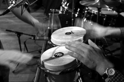 """Get the Rhythm - Bongos Unser energiereiches Trommel-Event """"Get the Rhythm"""" kann neben unseren speziellen Drums natürlich auch um klassische Percussion-Instrumente wie Congas, Bongos und Cajons erweitert werden."""