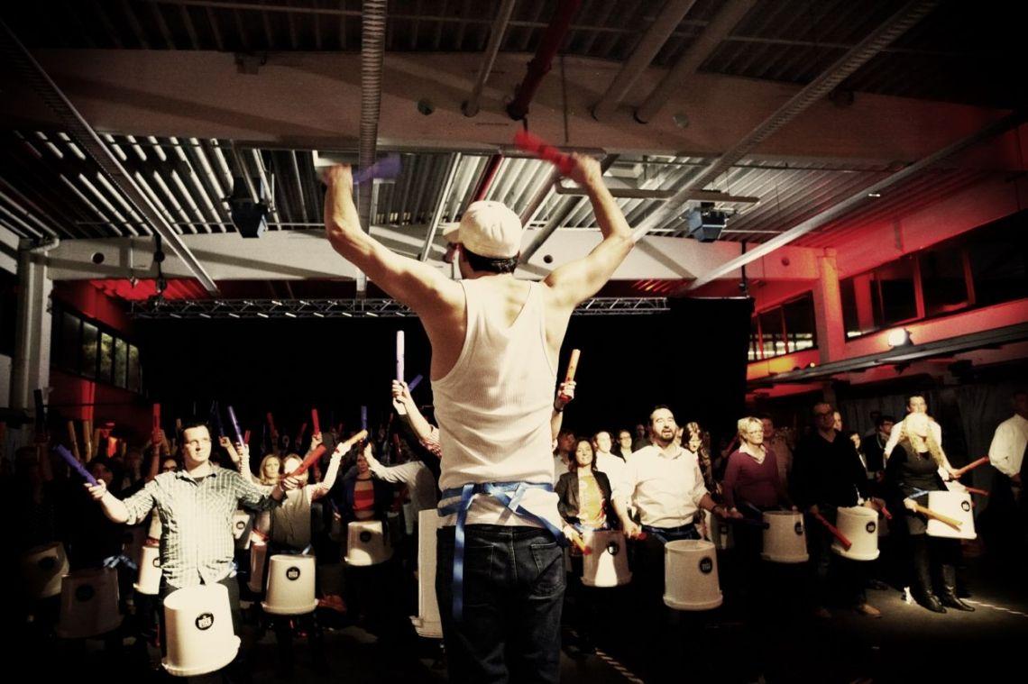 Get the Rhythm - Trommelworkshop Der andere Trommel-Workshop mit den neuartigen BoDrums und den von uns entwickelten Metrodrums, die man im Stehen spielt. Erweitert wird unser Teambuilding Modul um harmonisch gestimmte Percussion-Röhren und es entsteht ein Song. Wir setzen gemeinsam mit Ihnen neue Energien frei. Mitreissend. Ab 5 Teilnehmern, Dauer ab 15 Minuten bis 2 Stunden.