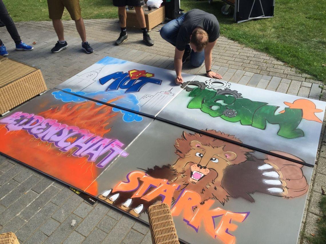 Teamwerte kreativ mit Graffiti umsetzen Setzen Sie Ziele und Inhalte mit unserem Graffiti-Workshop kreativ um. Nutzen Sie Farben, bildliche Metaphern und Text um Ihre Inhalte zu vermitteln.