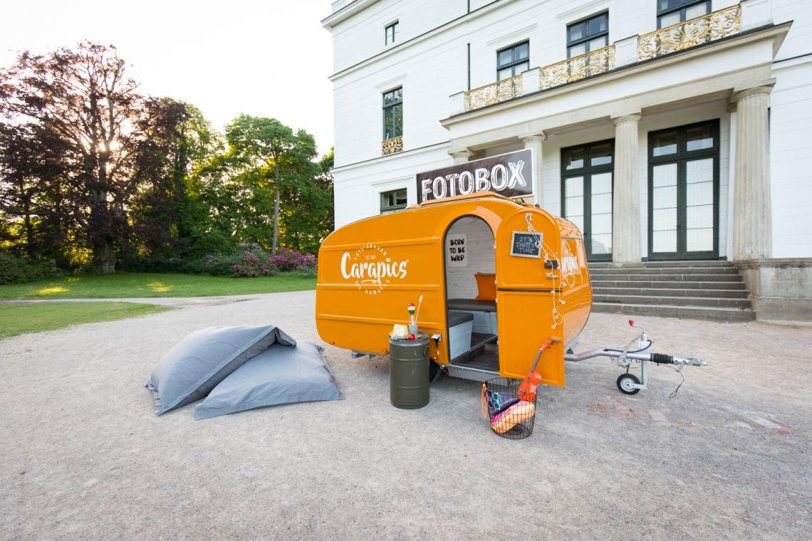 Carapics - Fotocaravan aus Hamburg Auch wenn der Caravan retro ist: Die eingebaute Photobooth ist high-tech! Ausgestattet mit einer professionellen DSLR-Kamera, einer Profiblitzanlage, einem Touchpad und einem der schnellsten Fotodrucker sorgt sie für den perfekten Shooting-Spaß.