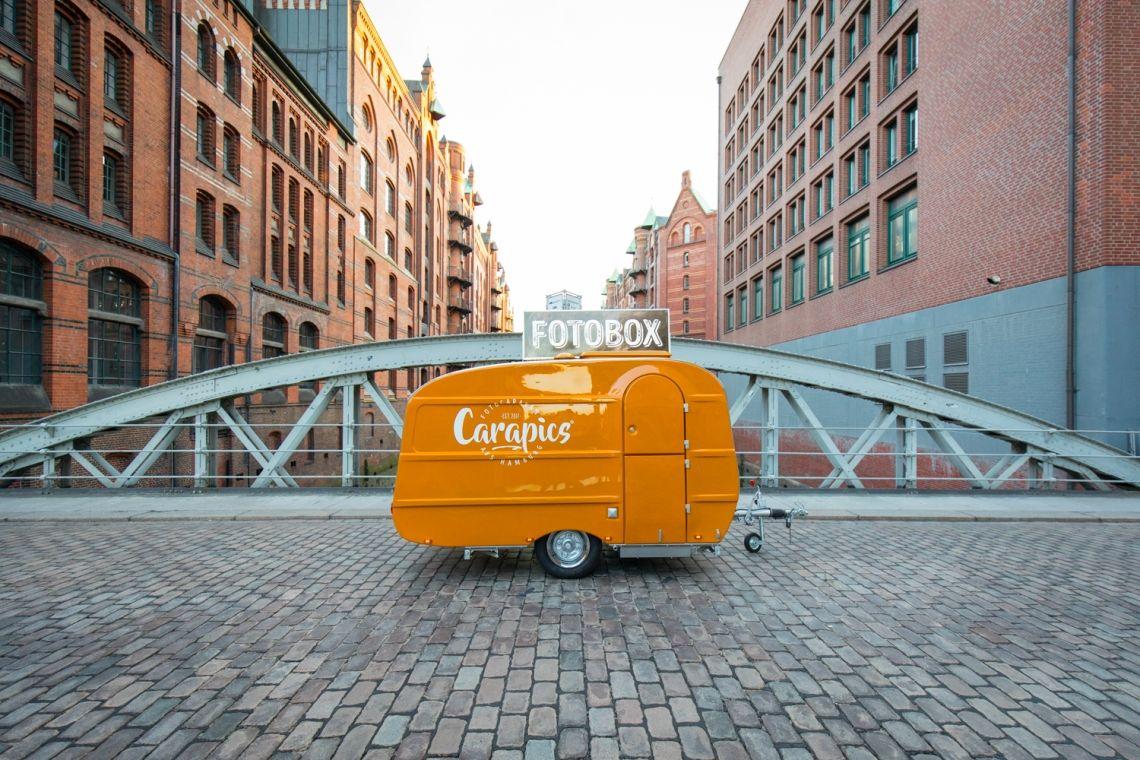 Carapics - Fotocaravan aus Hamburg Der Eye-Catcher für eure Veranstaltung: Oldie but Goldie! Unser 30 Jahre alter, liebevoll restaurierte Caravan mit Photobooth ist für besondere Hochzeiten, Firmenfeiern, Messen und Events in Hamburg und darüber hinaus buchbar.