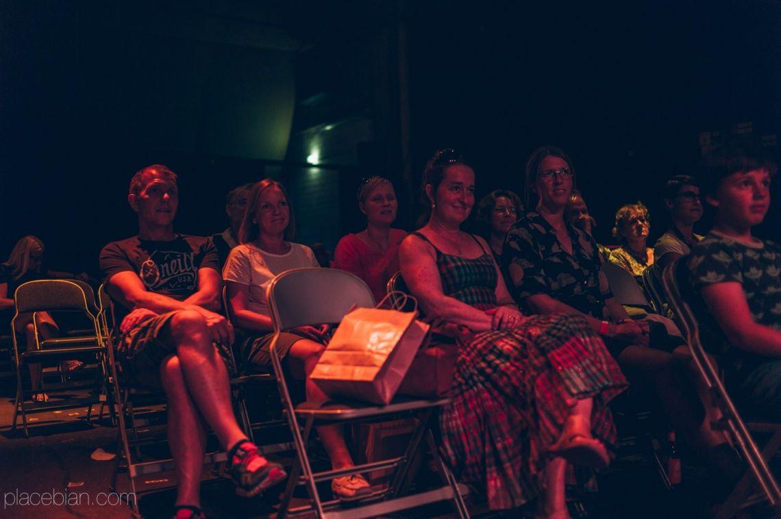 Publikum in der Showhalle