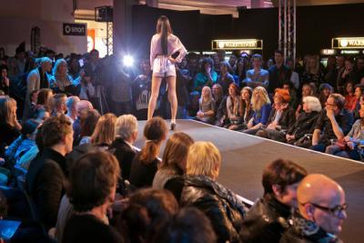 Bühnentechnik für Modenschau auf einer Messe