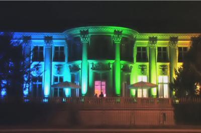 Gebäude Beleuchtung durch LED-Lichttechnik als Regenbogen