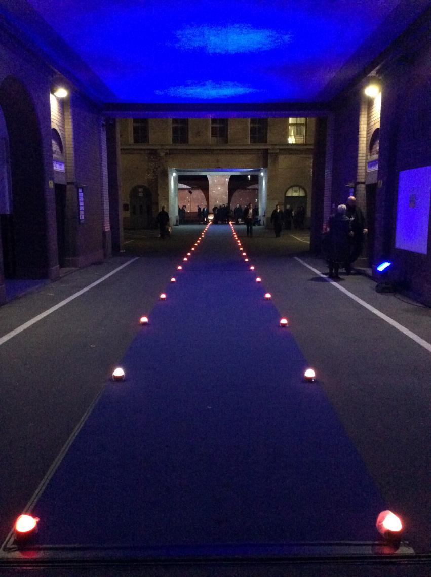 Landelichter aus AL3M - Eingang zu Veranstaltung Dieses Spalier aus 70 LED-leuchten des Typs ASTERA AL3M hat die Gäste zunächst stimmungsvoll auf die Gala und danach sicher zum Taxi geleitet. Wir freuen uns schon auf Ihre LED-Idee :-)