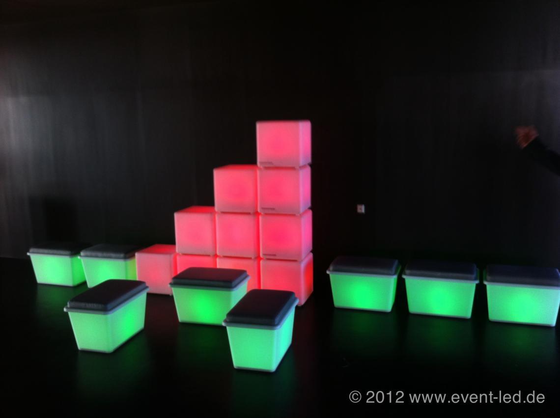 LED-Würfel und LED-Bänke als Dekoration oder Sitzgelegenhgeit Die Mutter oder der Vater unserer LED-Objekte :-) Der Sitzwürfel hat inzwischen auf vielen Hundert unserer Veranstaltungen der letzten Jahre verschiedenste Zwecke erfüllt. Mit einfacher eingebauter RGB-LED-Einheit und einem leistunsgtarken LiIonen-Akku ist er ein schöne Ergänzung Ihrer nächsten Veranstaltung.  Die gepolsterten Sitzboxen sind ein Eigenbau und ergänzen die Würfel perfekt. Sowohl für die Würfel als auch für die Sitzboxen halten wir verschiedene Themen-Bezüge bereit (z.B. Fussball, Grillparty etc.).
