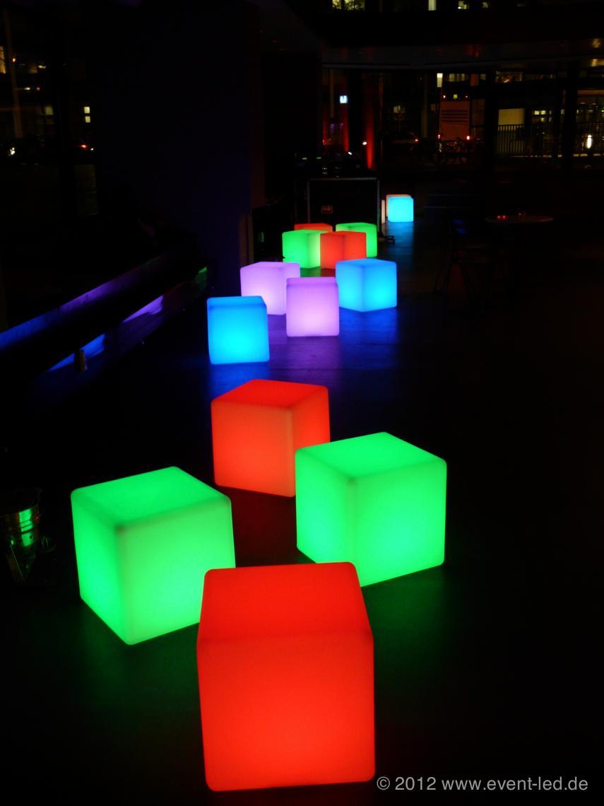 LED Lounge bei Club-Veranstaltung 2 Die Mutter oder der Vater unserer LED-Objekte :-) Der Sitzwürfel hat inzwischen auf vielen Hundert unserer Veranstaltungen der letzten Jahre verschiedenste Zwecke erfüllt. Mit einfacher eingebauter RGB-LED-Einheit und einem leistunsgtarken LiIonen-Akku ist er ein schöne Ergänzung Ihrer nächsten Veranstaltung. Ein kurzes Produktvideo finden Sie hier: https://www.youtube.com/watch?v=DYR7M5ZMbhY