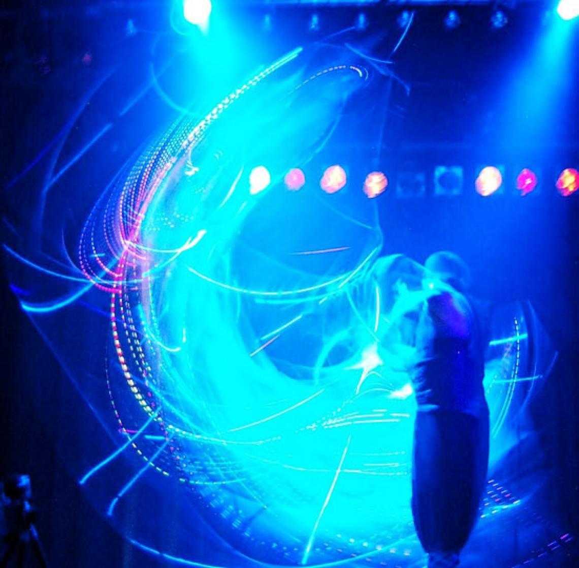 Andrew Scordilis Lichteffekte mit Cube-Manipulation
