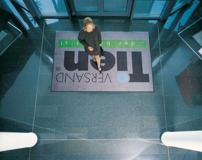 Schmutzfangmatte mit Logo Individuell bedruckte Schmutzfangmatte mit Logo im Eingangsbereich. Hergestellt im Digitaldruckverfahren.