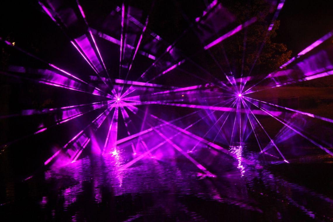 Outdoor Lasershow über Wasser Lasershows über Wasser bewirken beeindruckende Effekte und erzeugen eine magische Atmosphäre.