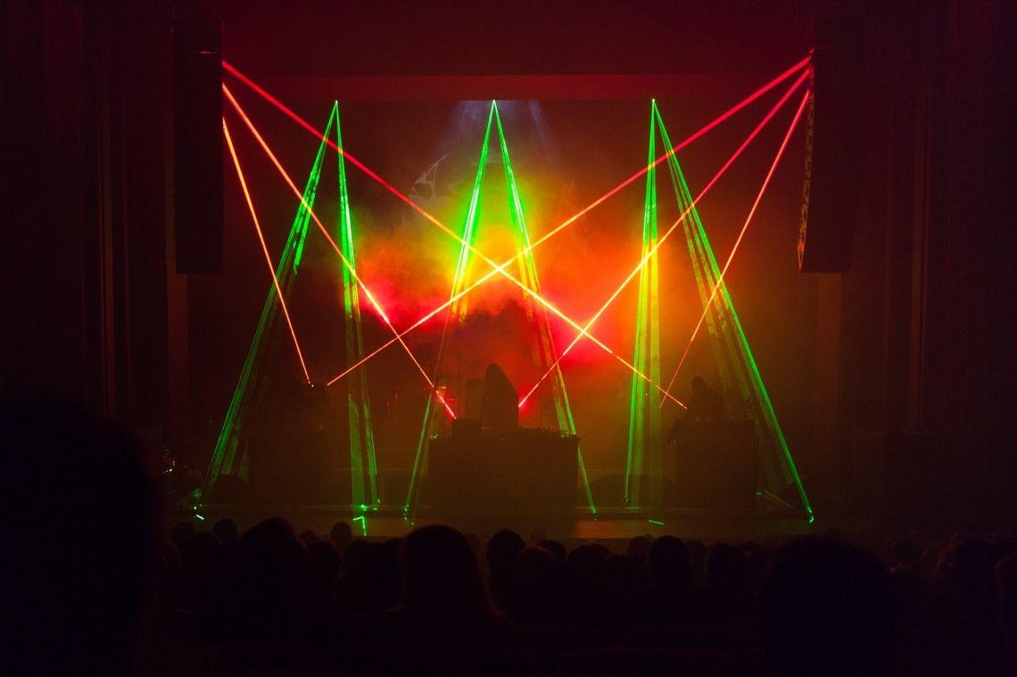 Lasershow für Clubkonzerte & Kunstperformance Hier ist eine Kunstinstallation von Ruin zu sehen.
