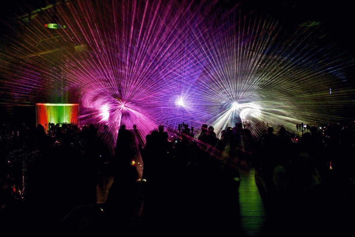 Lasershow für ein Firmenjubiläum Eine Indoor-Lasershow wurde hier für ein Unternehmensjubiläum veranstaltet.