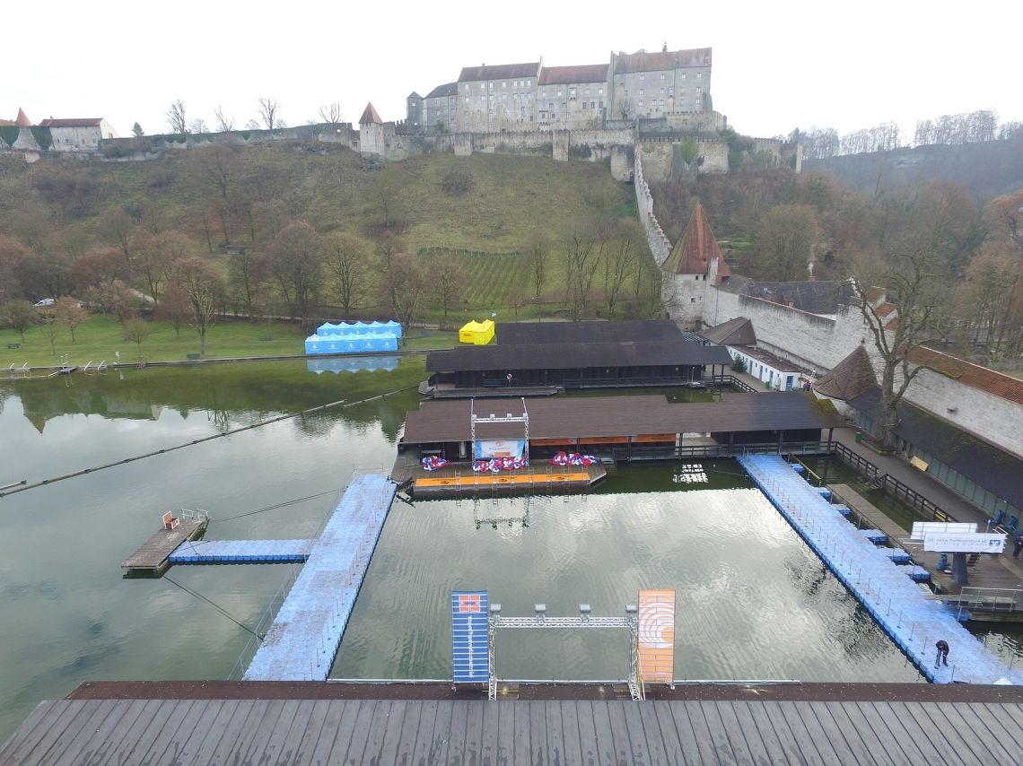 Publikumspontons zur Eisschwimm Weltmeisterschaft in Burghausen Um den Besuchern der Eisschwimm WM die sportlichen Höchtleistungen hautnah zu präsentiren, installierten wir in direkter Nähe zur Schwimmbahn zwei Pontonstege.