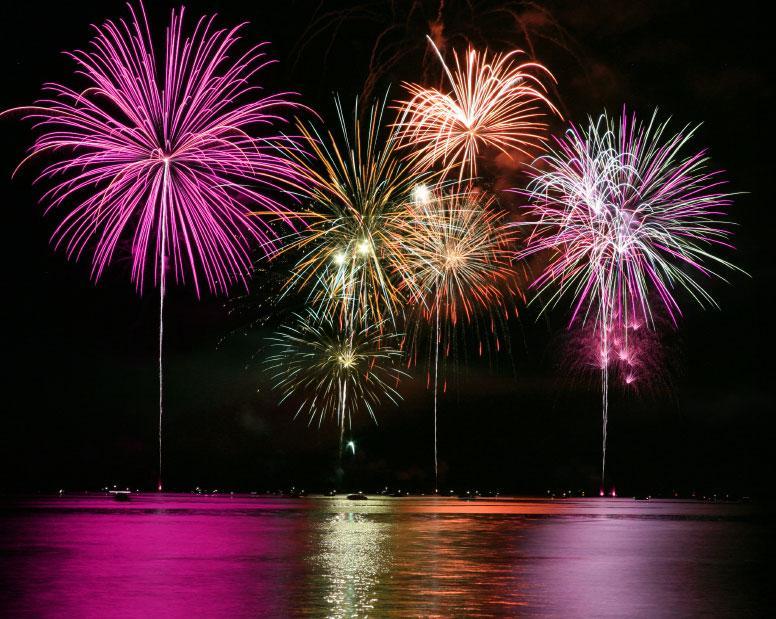 Ein Feuerwerk Ponton sorgt für ein unvergessliches Ereignis auf dem Wasser Ein Feuerwerk an sich ist schon ein phantastisches Erlebnis. Aber versuchen Sie einmal sich die explodierenden Feuerwerkskörper in all ihrer Farbenpracht, mit dem Blick auf ein uneingeschränktes Gewässer vorzustellen. Schon alleine die Vorstellung ist sehr verlockend, hinzu kommt jedoch noch das die Wasseroberfläche das gesamte Farbenspiel spiegelt!  Jeder der schon einmal einem solchen sensationellen schwimmenden Feuerwerk beiwohnen durfte, wird es eine lange Zeit im Gedächtnis behalten. Die schwimmenden JETfloat® Feuerwerkspontons von rent a float machen es möglich!  Um einen reibungslosen und vor allem sicheren Ablauf Ihres Feuerwerks mit unseren schwimmenden rent a float Feuerwerkspontons zu gewährleisten, arbeiten wir selbstverständlich vor Ort eng mit den Feuerwerkern und Sicherheitskräften zusammen.  Durch unsere langjährige Erfahrung mit Pontonsystemen und schwimmenden Events steuern wir unser Know-how für das erfolgreiche Gelingen Ihres schwimmenden Feuerwerks bei.