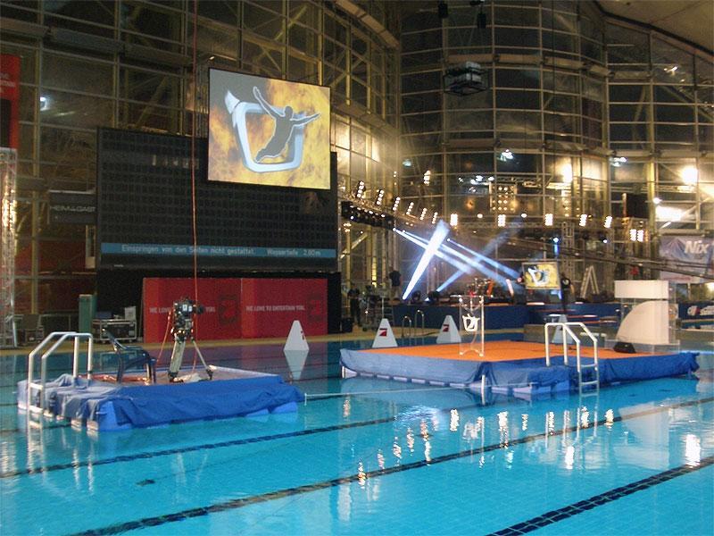 Ponton Schwimmbühnen aus Kunststoff-Elementen von rent a float - So wird jede Vorführung zu einem audiovisuellen Ereignis Die rent a float Ponton Seebühne für jede Art von schwimmenden Veranstaltungen ist ein unvergleichliches Erlebnis für die Betrachter und die Akteure. Showbühnen aus Ponton Kunststoff Schwimmelementen umgeben moderne Musik-Acts, Künstler und Schauspieler mit einer visuell fesselnden Open-Air Atmosphäre, oder geben einem klassischen Konzert als Seebühne einen imposanten und würdigen Rahmen.  Ob als Showbühne für ein schwimmendes Open-Air Konzert, oder als Seebühne für eine Theatervorführung, ob Out-Door auf einem Gewässer oder In-Door in einer geschlossenen Schwimmanlage, Ponton Schwimmbühnen sind der Punkt auf dem i jeder Live-Performance.  Auf Wunsch ausgestattet mit der modernsten Veranstaltungstechnik, 100% gesichert durch Aufnahmeschienen und Absturzsicherungen und autark ohne Landverbindung betrieben, bietet rent a float Ihnen schwimmende Ponton-Konzertbühnen und faszinierende Seebühnen für Musik- und Theaterveranstaltungen auf einer nahezu unbegrenzten Fläche an.  Ponton-Schwimmbühnen eignen sich ebenso für moderierte Großveranstaltungen, wie zum Beispiel für das Pro7 Stefan Raab Turmspringen, und sind eine einzigartige Möglichkeit Ihrer schwimmenden Veranstaltung eine faszinierende und dabei äußerst flexible Komponente hinzuzufügen.