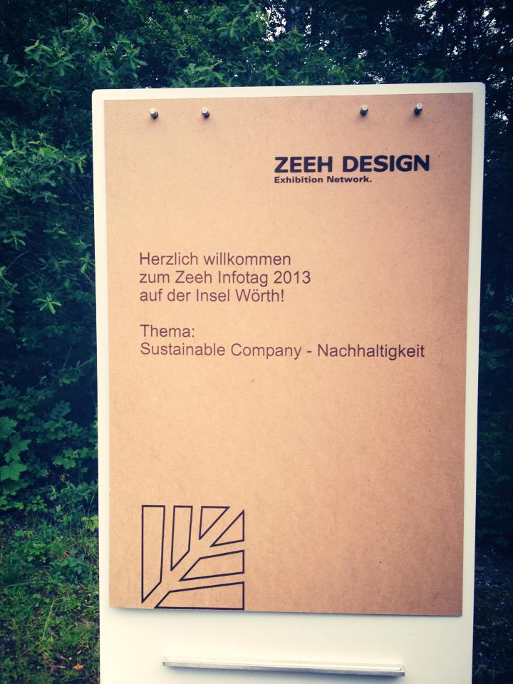 """Zeeh Design: Sustainable Company – Mitarbeiter-Informationstag Die Münchner Messebauagentur Zeeh Design hat sich 2013 vom FAMAB, Verband Direkte Wirtschaftskommunikation e. V., als """"Sustainable Company"""" zertifizieren lassen, mit der Absicht, nachhaltiges Wirtschaften als Marketingvorteil für das Unternehmen zu nutzen.  Unsere Aufgabe war, die Mitarbeiter für das Thema Nachhaltigkeit sensibilisieren, ein gemeinsames Verständnis für eventspezifische Nachhaltigkeit aufzubauen und eventspezifische Nachhaltigkeit erlebbar zu machen.  Auf der idyllischen Insel Wörth im Schliersee wurde dazu ein Mitarbeiter-Informationstag veranstaltet. Mit vier über den Tag verteilten Impulsvorträgen und anschaulichen Praxisbeispielen in gepflegter und lockerer Atmosphäre verschafften wir den 80 Mitarbeitern einen Überblick über notwendige Maßnahmen, aktuelle Möglichkeiten, Marktchancen und Wettbewerbsvorteile durch die Zertifizierung als """"Sustainable Company""""."""