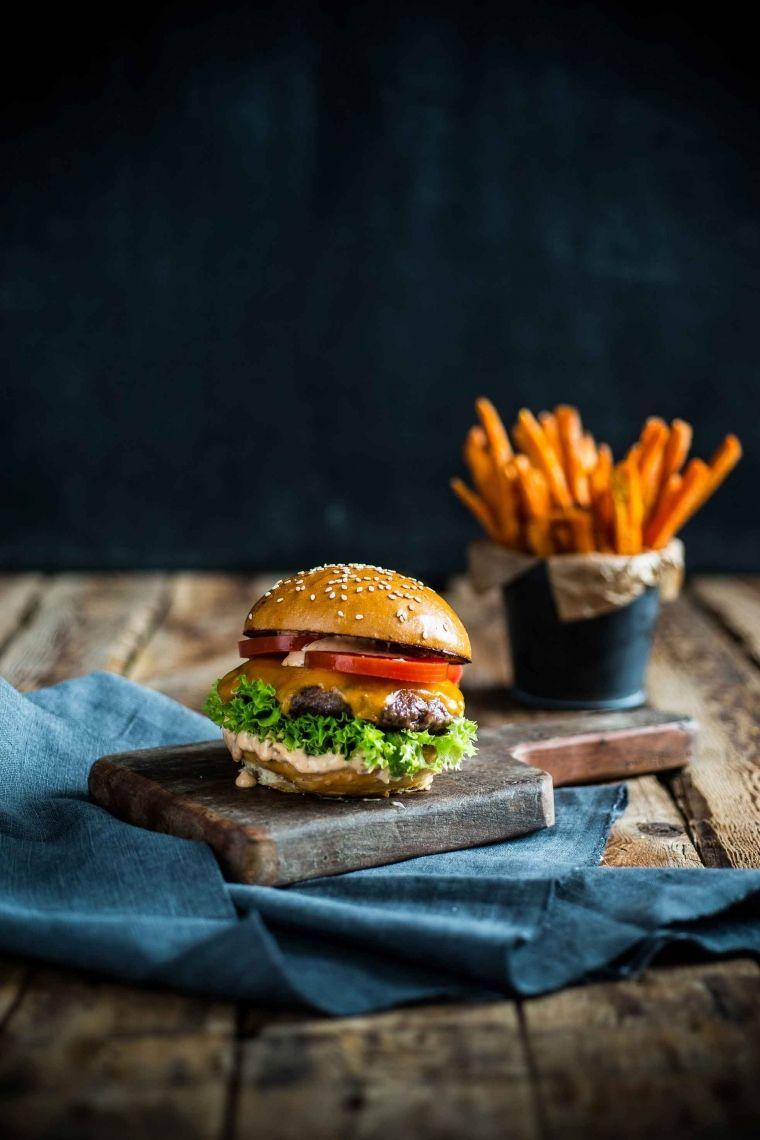 Supreme Cheeseburger Brioche Bun, Freilandrind-Patty, Cheddar Cheese, Lollo Bionda, Tomate, Balmy Sauce