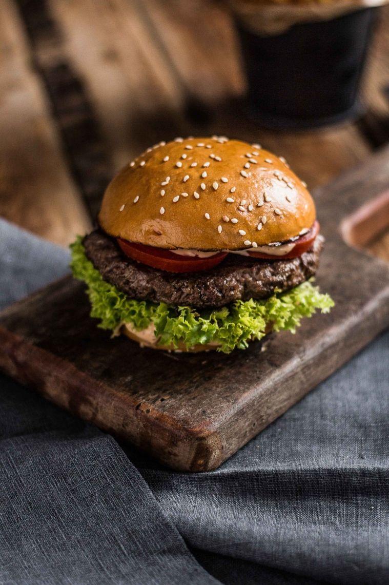 Premium Hamburger Brioche Bun, Freilandrind, Lollo Bionda, Tomate, Balmy Sauce