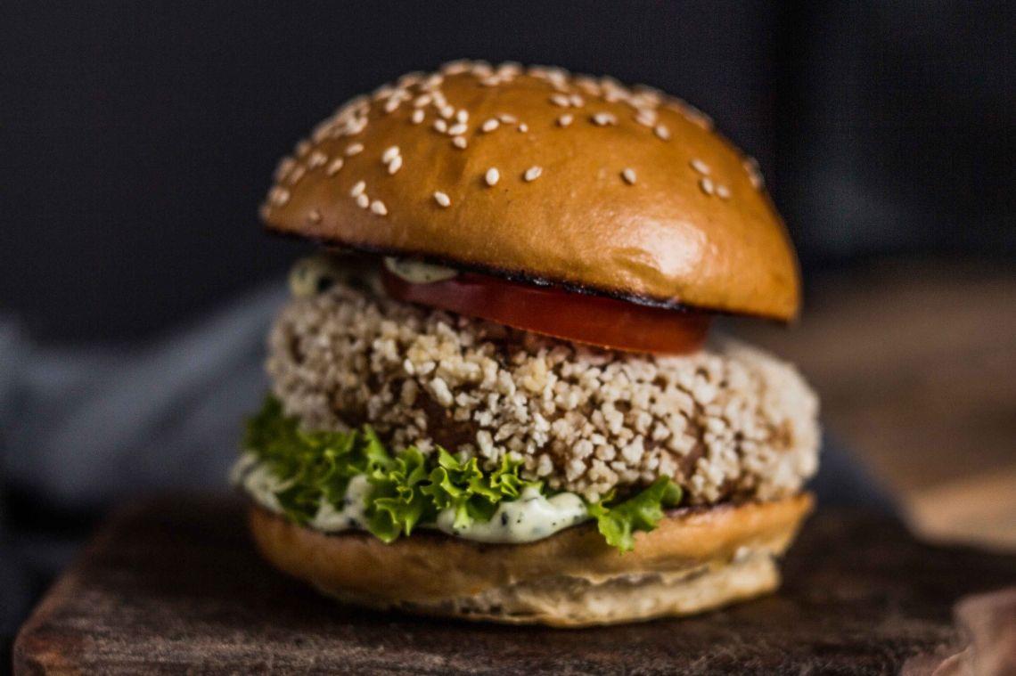 Veggieburger Brioche Bun, Süßkartoffel-Kichererbsen-Patty, Basilikum Mayo, Lollo Bionda, Tomate, Balmy Sauce