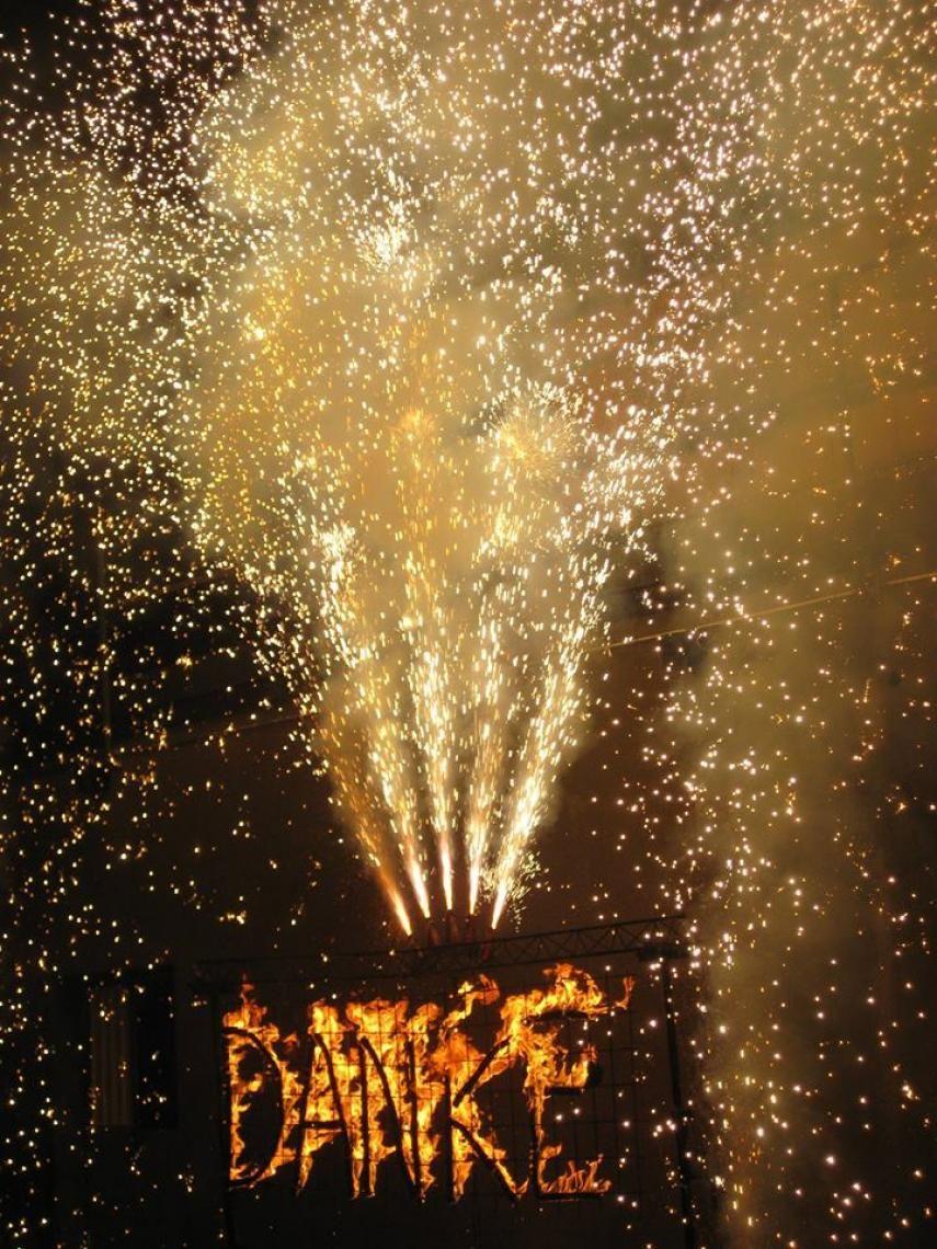 Feuerschrift DANKE mit Funken Diese Feuerschrift für outdoor brennt 10 bis 12 Minuten und ist eine Spezialität der Schweizer Pyrotechnik.  Ein Funkenfinale kann den Möglichkeiten angpeasst werden. Indoor sind andere Formen von Feuerschriften ebenso möglich.