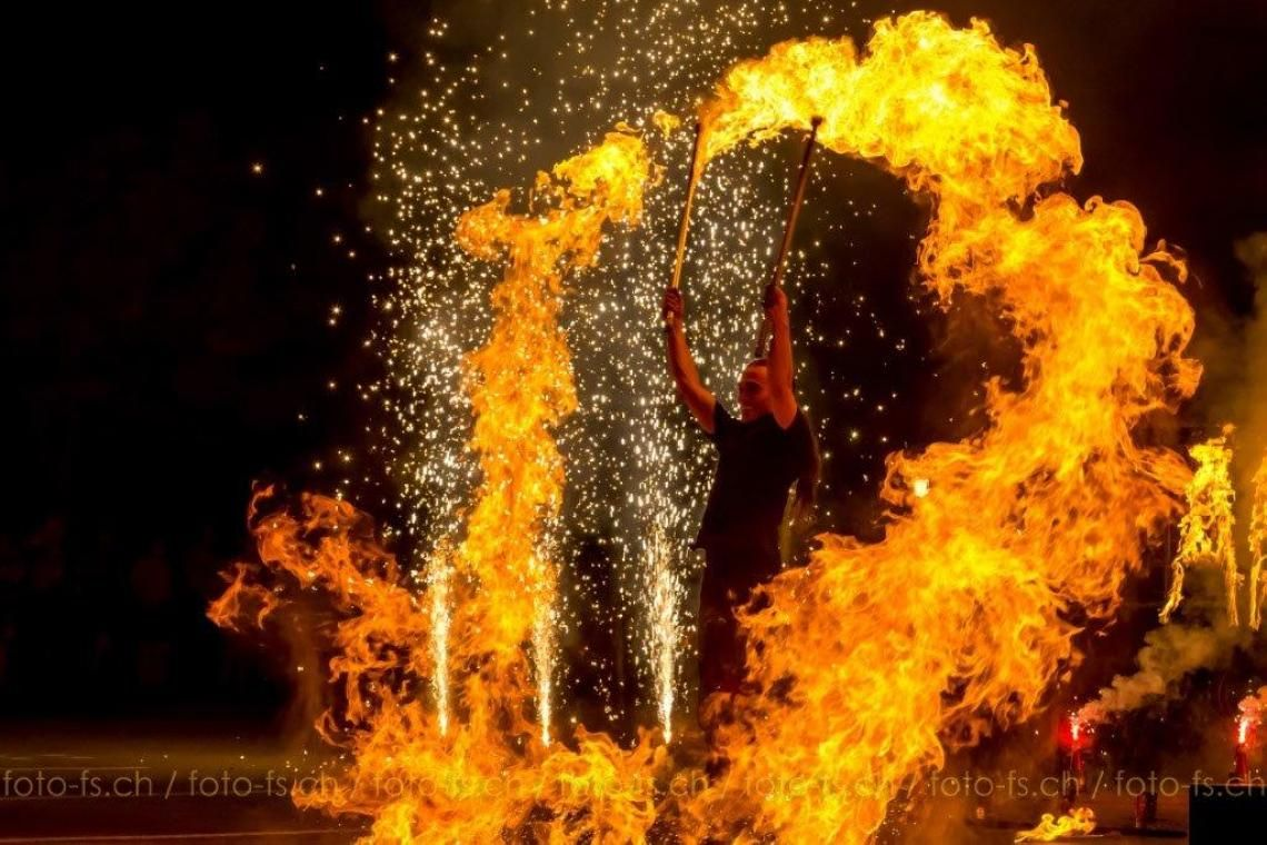 flammen und funken wenn die show losgeht, gibt es eindrücklich viel Feuer!