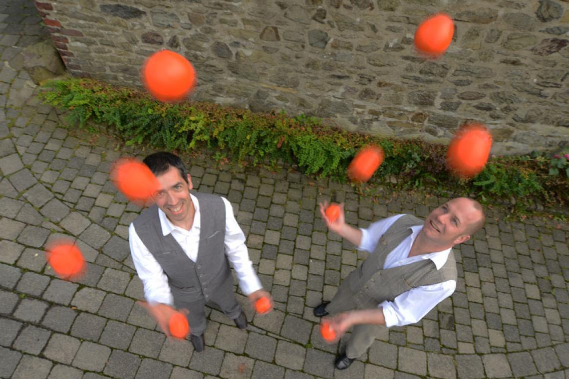 Drauf & Dran: Jonglage mit Bällen Als Jongleure mit langjähriger Erfahrung jonglieren Drauf & Dran souverän jeder mit 5 Bällen.