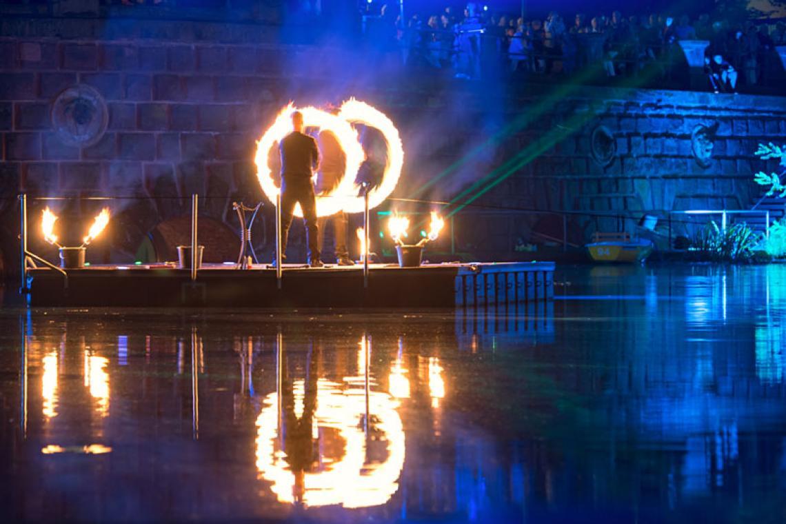 Drauf & Dran: Feuershow Fackelschwingen | Foto © Andreas Hamacher In einer eigens für die Kunstsammlung NRW entworfenen Choreographie zeigten Drauf & Dran ihre Kunst mit Feuer auf einem Ponton auf dem Kaiserteiche in Düsseldorf. Begleitet wurden sie dabei von den Jungen Blechbläsern NRW.