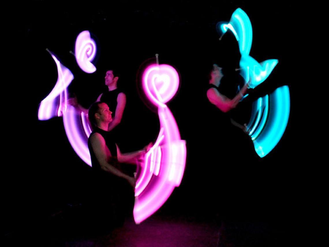 """Drauf & Dran: LED-Show mit Keulen Als Teil des Jonglage-Kollektivs """"Flight Club"""" entwarfen die Artisten eine Performance mit programmierbaren LED-Requisiten."""