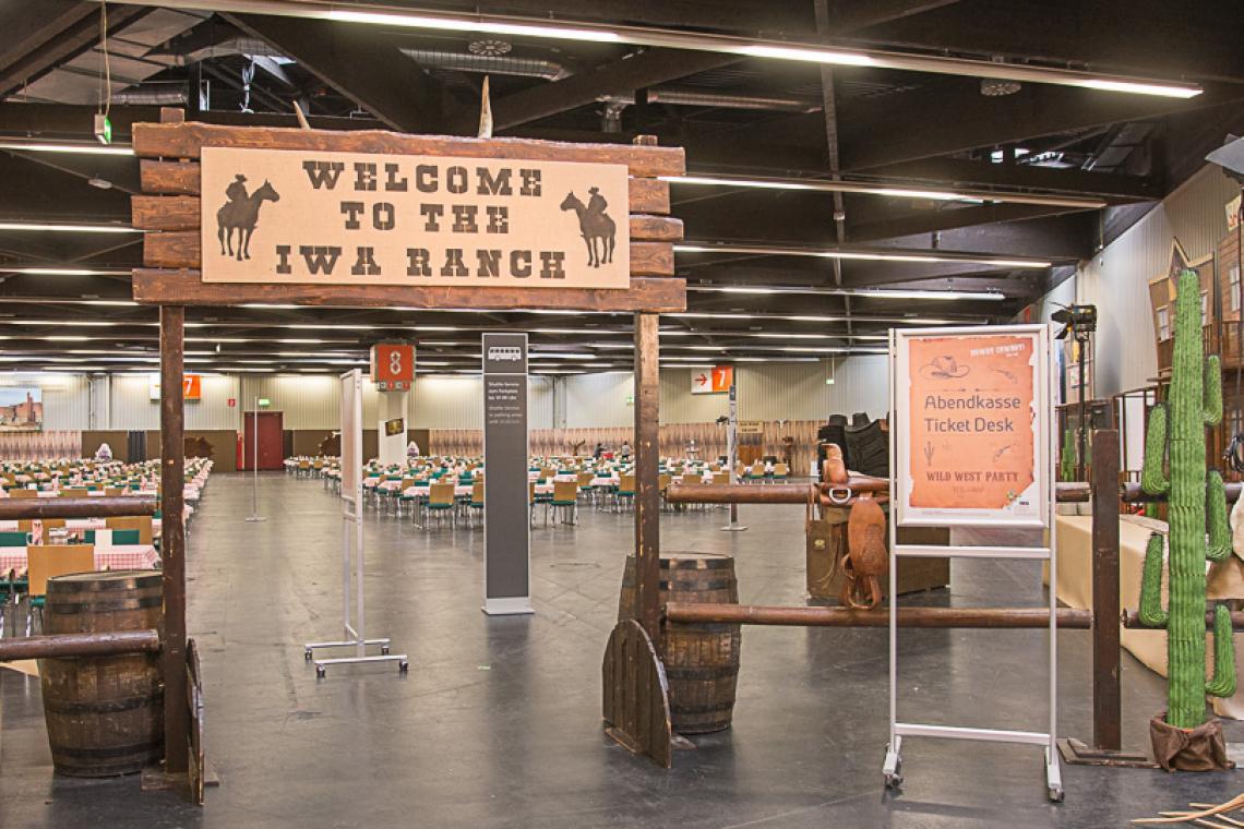 IWA 2016, die Messeparty stand ganz im Zeichen des wilden Westens. Die NürnbergMesse hatte am 05.03.2016 Aussteller und Besucher in Halle 8 zur großen Wild West-Sause geladen, ca. 1.000 Besucher amüsierten sich bis in frühen Morgenstunden.