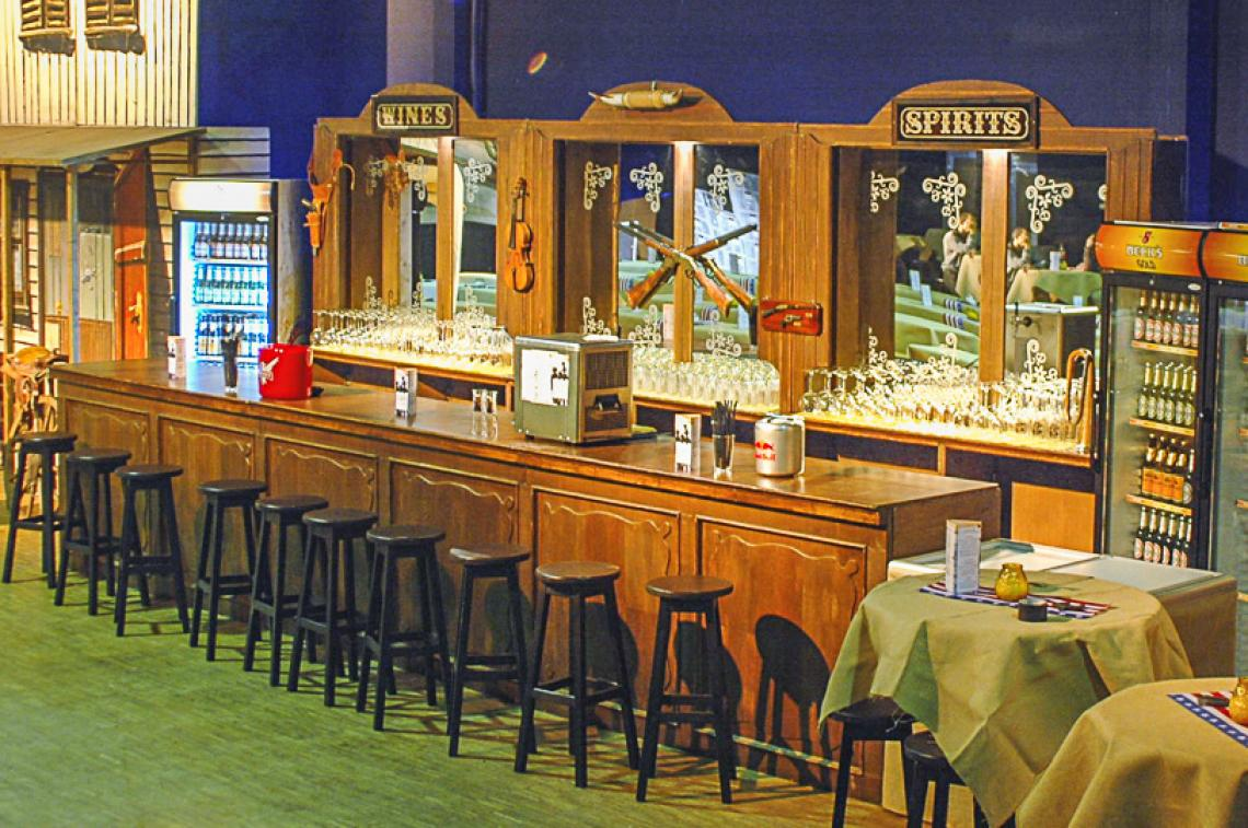 Old West Saloonbar Die Old West Saloonbar ist die schönste mobile Westernbars. Die Bar aus massivem Holz gefertigt, die Spiegel aus Glas,  alles ist echt und liebevoll dekoriert.  Der Auf- und Abbau dauert jeweils ca. 2,5 Stunden. Die Bar besteht  aus ca. 42 Einzelteilen, die vor Ort zu einem Ganzen zusammengefügt  werden – Das Ergebnis ist immer wieder beeindruckend. Barbreite: 6 m, Höhe Spiegelvitrine: ca. 2,70  Tresen-Tiefe: 0,70 m, Höhe 1,10 m Ausstattung: keine Spülmöglichkeit