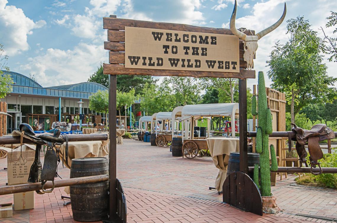 Ranch-Portal mit Koppelzaun Stilechtes Entree zu Ihrer Veranstaltung. Das Portalschild kann individuell beschriftet werden, und das kostenfrei. Höhe: 3 m, Durchgangsbreite: ca. 2 m, Durchgangshöhe: ca. 2,20 m Koppelzaun: 60 lfd. Meter