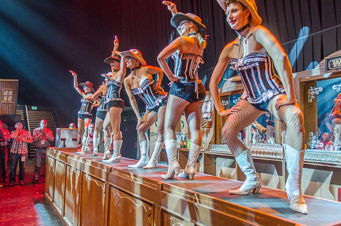 Old West Saloon Ladies - Die Girls tanzen auf dem Tresen der Old West Saloonbar, das ist ein riesen Spektakel zur großen Freude aller Cowboys und Cowgirls.