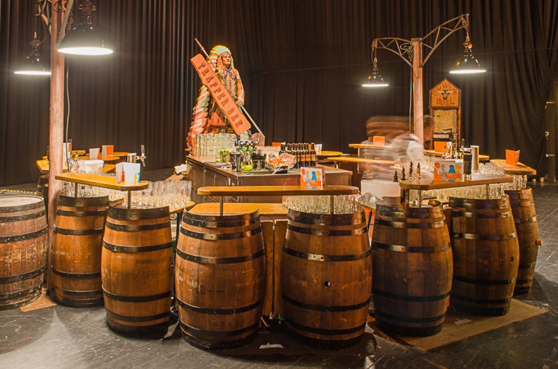 Trapper Bar Die Trapper Bar, aus alten Whiskyfässern gefertigt, ist unglaublich flexibel, dekorativ und sehr gut zu bearbeiten. Die Bar kann rund (5 m Ø) und auch gerade (ca. 11 m) aufgebaut oder in zwei kleine Bars aufgeteilt werden. Indoor sowie Outdoor Einsatz ist möglich. Ausstattung: 2 Zapfsäulen sind vorhanden, Untertischzapfgerät stellt der Veranstalter. Spülmöglichkeit auf Anfrage.