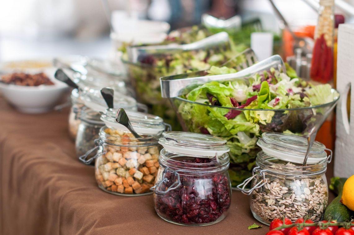 Grüne Bar  Blattsalate der Saison Karottenstreifen ° Gurken ° Strauchtomaten ° Sprossen ° Speck  hausgemachte Croutons Cremiges Dressing ° Essig -Öl Dressing Olivenöl ° Balsamico