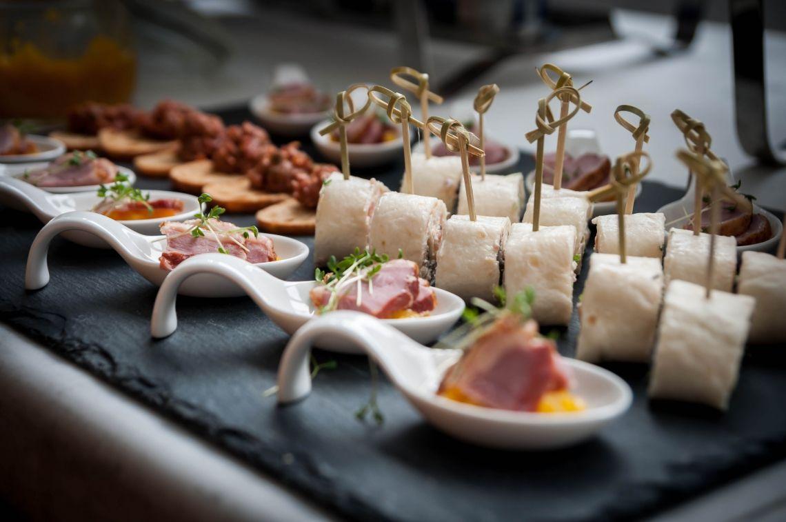 Gemischtes Fingerfood Mini Tortilla Wraps ° verschiedene Füllungen Gourmetlöffel ° Mangochutney °geräucherte Entenbrust