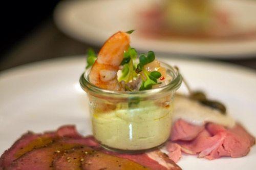 Avocadomousse ° Eismeergarnele ° Vitello Tonnato Ein Vorspeisenteller direkt an den Tisch serviert.